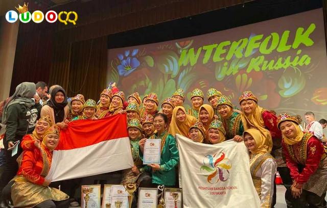 Tim Kesenian Kesatuan Bangsa Boarding School Yogyakarta Raih Penghargaan di Rusia