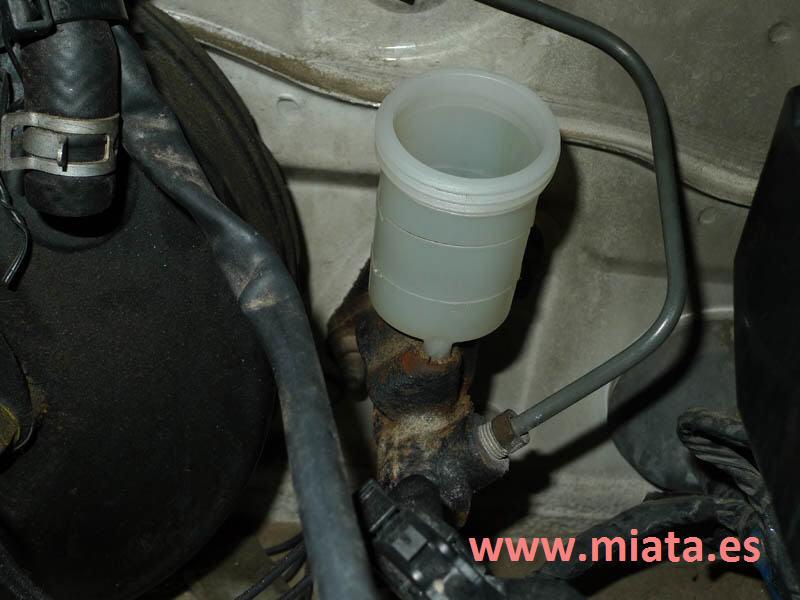 TUTORIAL DE COMO CAMBIAR EL EMPUJADOR HIDRAULICO DE LA LEVA DEL EMBRAGUE DEL MX-5/MIATA. 022