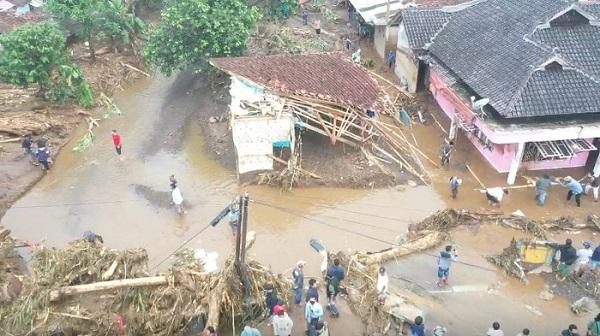 video-dahsyatnya-banjir-bandang-sukabumi-tiga-warga-hilang-169.jpg
