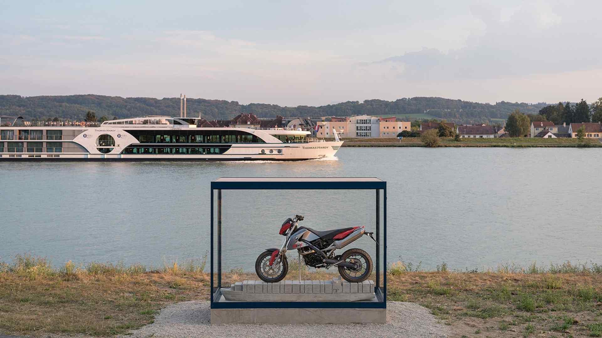 bmw-g650x-art-installation-2