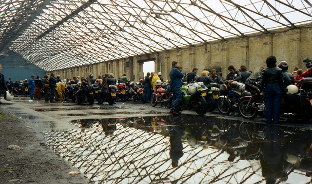 [Image: 1984-Liverpool-docks-Bikes-queuing-for-I...erry-4.jpg]