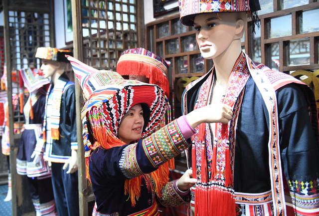 171205 HEZHOU Dec 5 2017 Xinhua Li Sufang inheritor of Yao costume producing techniques dressed the
