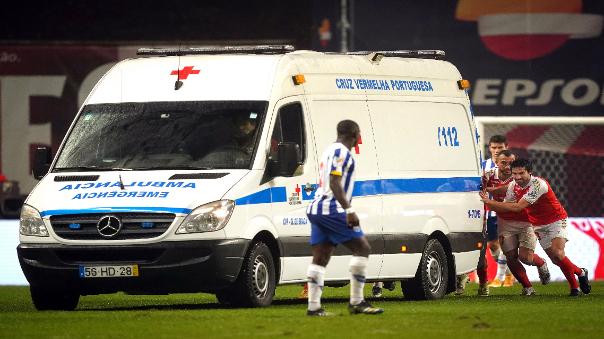 jugadores-del-braga-porto-sacan-empujando-ambulancia-en-plena-cancha
