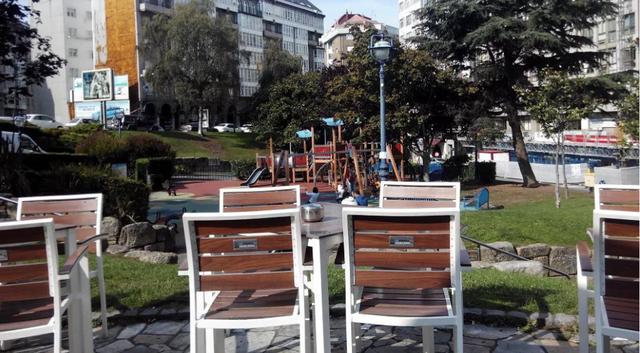 Cafetería del Parque Europa con parque infantil al fondo