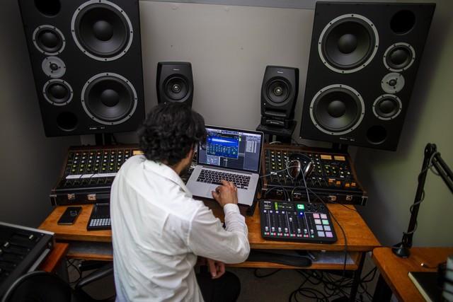 Les sons de la Mustang Mach-E inspirent un nouveau morceau d'un célèbre compositeur électro Matthew-Dear-Mach-E002