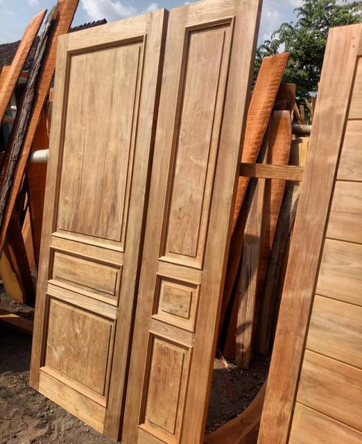daun pintu di Maumere