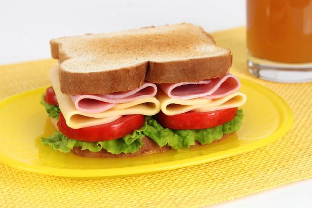 S-ndwich-de-jam-n-queso-y-tomate
