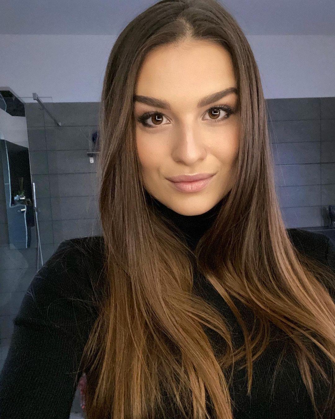 Dominika-Vinsova-Wallpapers-Insta-Fit-Bio-1