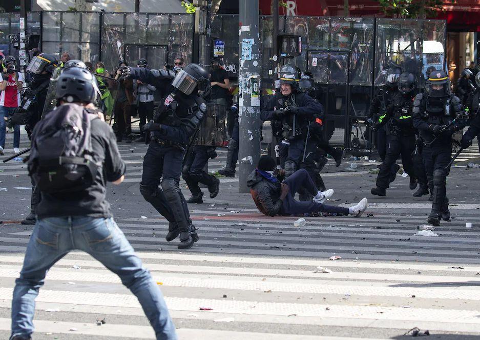 Спецназ подавляет беспорядки в Дижоне