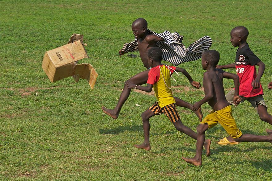 32 фотографии радостных моментов детства из разных стран-61