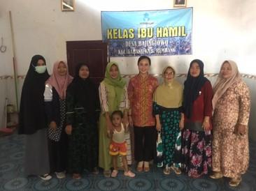 Foto Bersama Bidan dan Mahasiswa KKN
