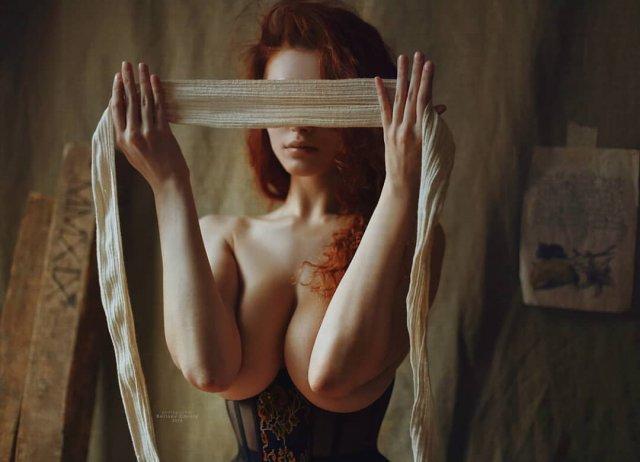 Карина Силантьева повязывает глаза повязкой