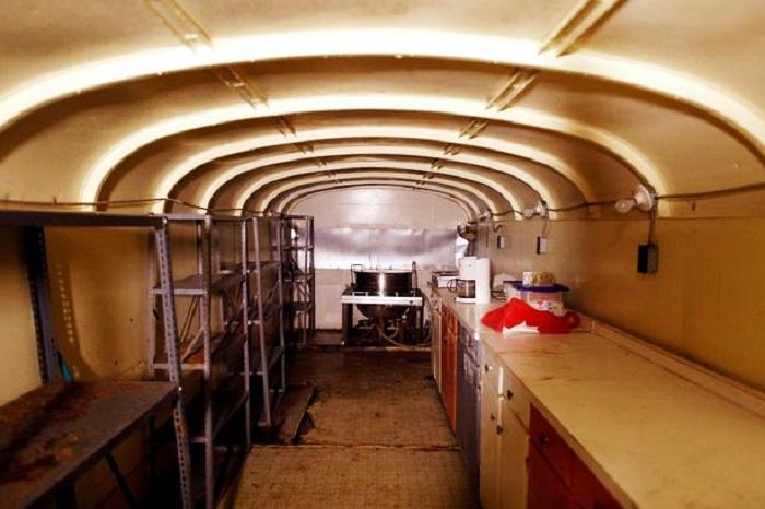 В бомбоубежище есть полностью оборудованная кухня (Ark Two, Канада). | Фото: newslocker.com.