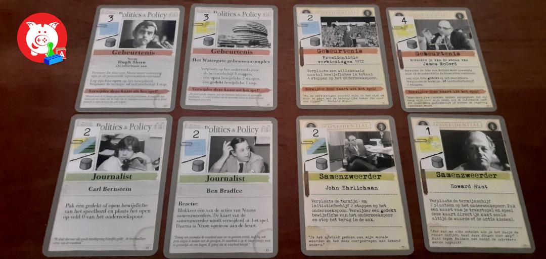 Een aantal kaarten: links die voor de pers, rechts die voor de regering.