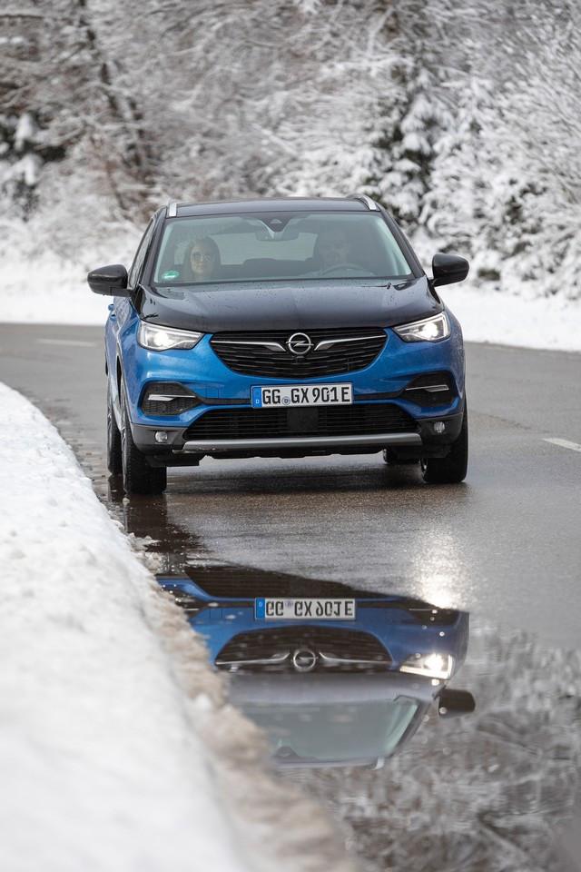 Direction les sommets : les électriques Opel à l'aise en montagne 05-Opel-510350
