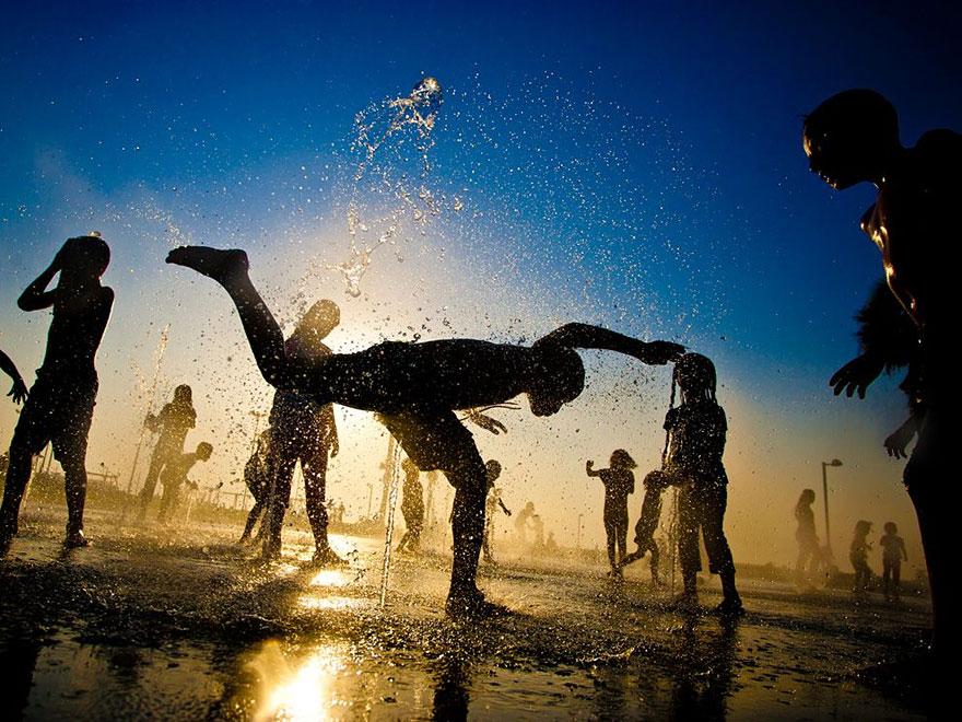 32 фотографии радостных моментов детства из разных стран-64