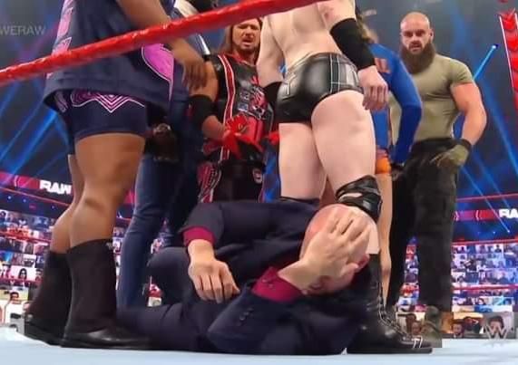 Braun Strowman ataca a Adam Pearce