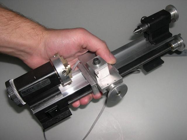 мини токарный станок в руке
