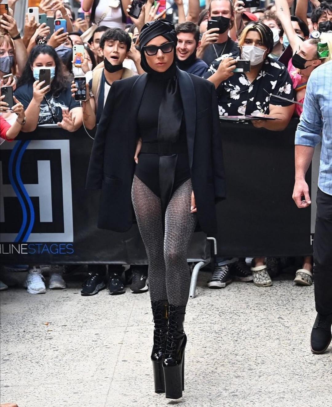 Lady Gaga come una diva in un completo total black