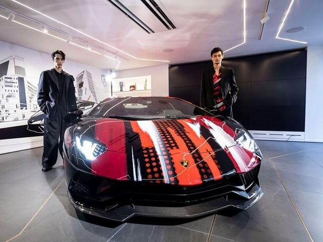 Automobili Lamborghini et Yohji Yamamoto célèbrent l'inauguration du Lamborghini Lounge Tokyo et du Studio Ad Personam 571412-v2
