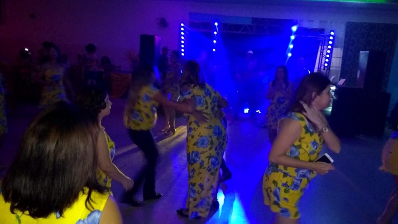 Ao som da dupla Bino & Karina, as mulheres dançaram e se divertiram durante o evento