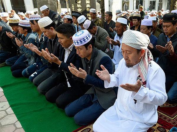 رد فعل الياباني عند سماع كلمة الاسلام والمسلمين !