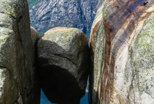 Валун Кьерагболтен на норвежской горе Кьераг