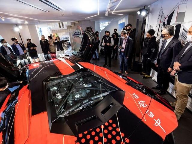 Automobili Lamborghini et Yohji Yamamoto célèbrent l'inauguration du Lamborghini Lounge Tokyo et du Studio Ad Personam 571404-v2