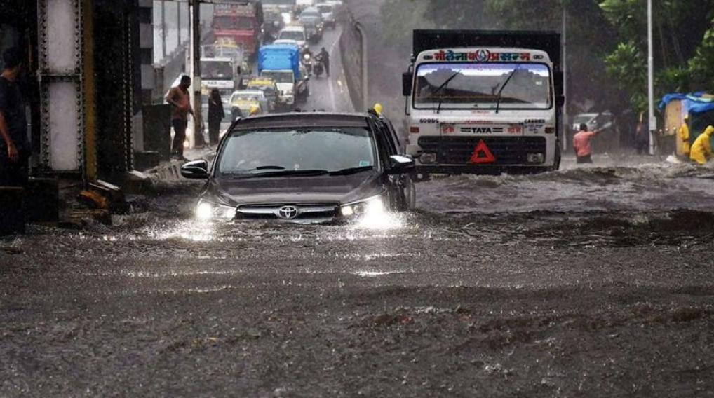Immagini incredibili da Mumbai: la pioggia più forte in quasi mezzo secolo.