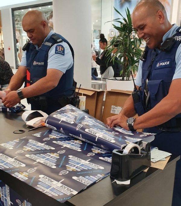 Бесплатная упаковка подарков новозеландскими полицейскими на Рождество