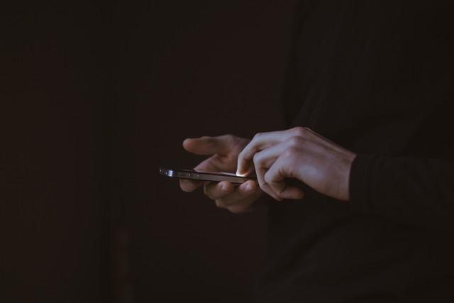 mobile-hand-light-technology-photography-guitar-finger-phone-telephone-communication-darkness-black