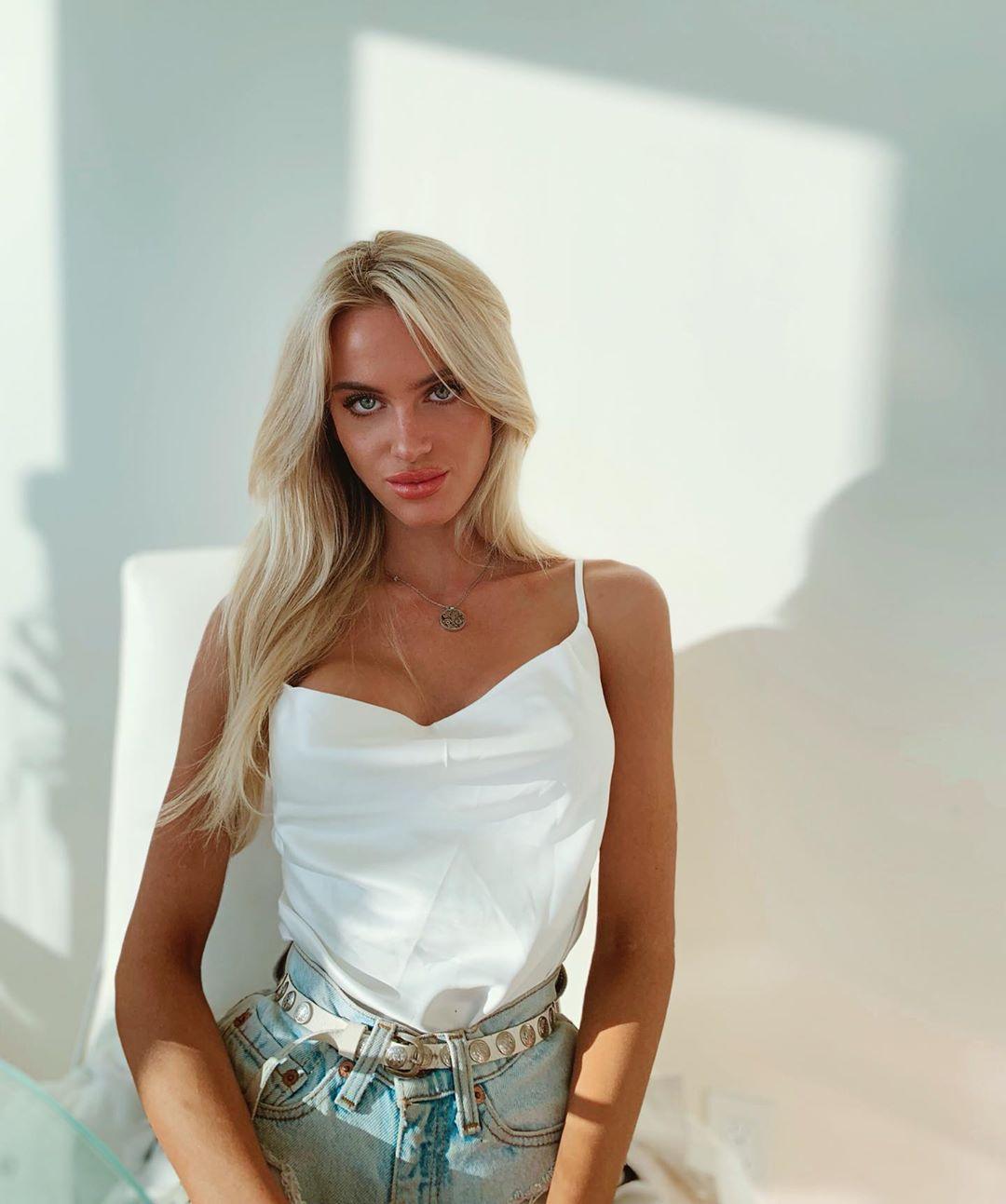 Emma-Davies-Wallpapers-Insta-Fit-Bio-4