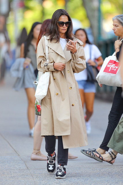 Katie-Holmes-wore-a-trench-coat-for-her-first-day-back-to-college-in-New-York-City-After-leaving-she