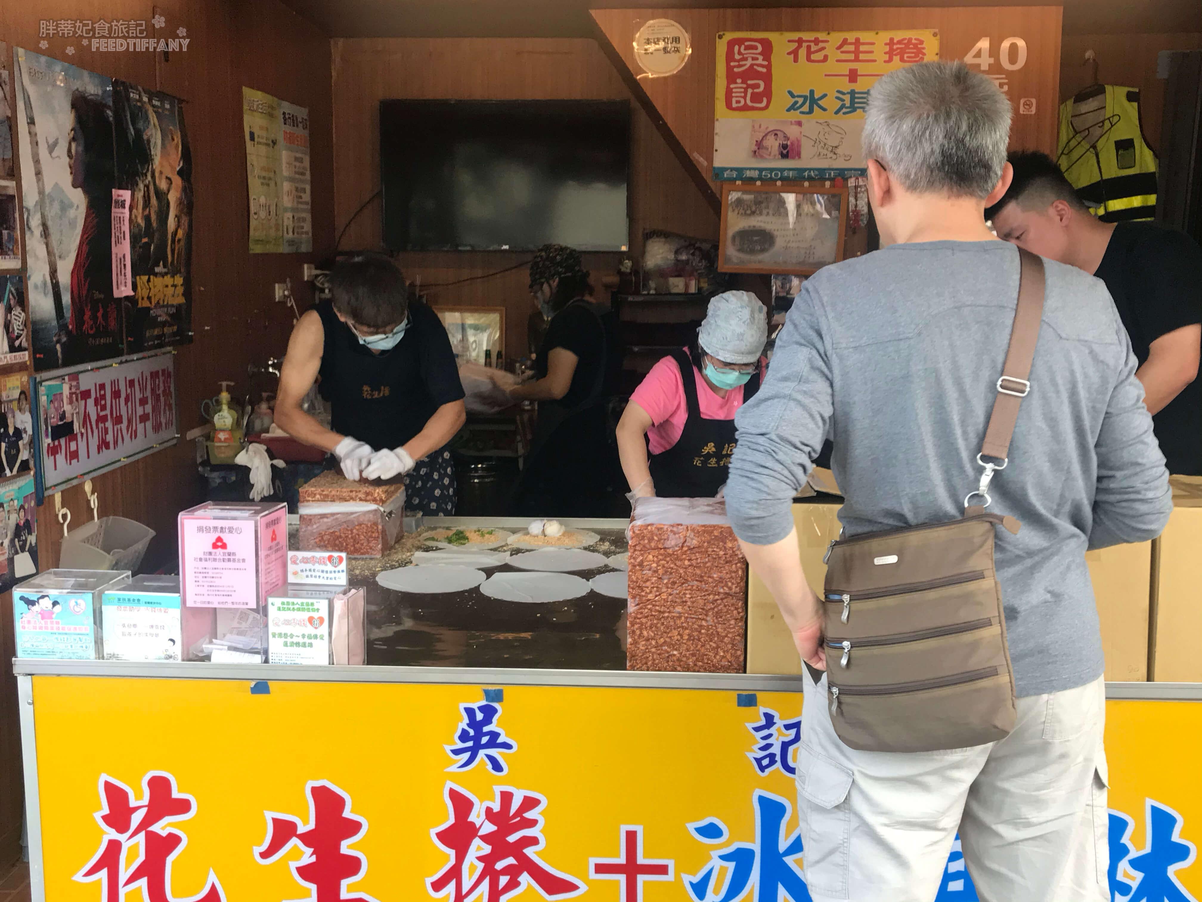 礁溪路四段美食 排隊等待購買冰淇淋卷