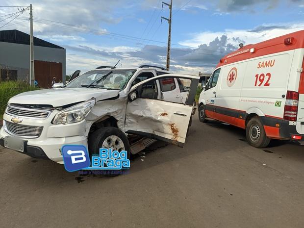 Acidente entre duas caminhonetes deixa motorista ferido e preso às ferragens no bairro Campo Elíseos em Luis Eduardo Magalhães