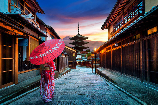 Traditional-and-Modern-Japan-Gion