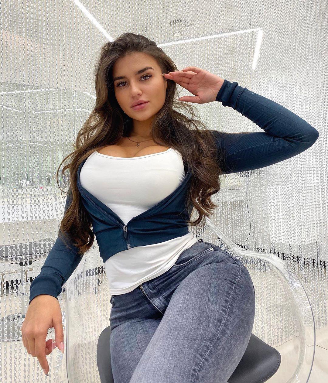 Valeriya-Bearwolf-Wallpapers-Insta-Fit-Bio-9