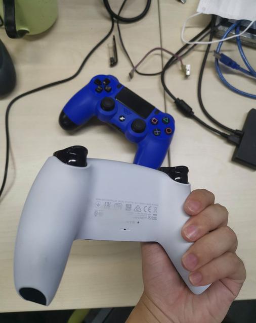 PS5 DualSense手把電池容量曝光,圖片中顯示電池容量為1560mA。相比之下,PS4原版手把的電池容量為800mA,後來在改進型號中提升到1000mA。 Image