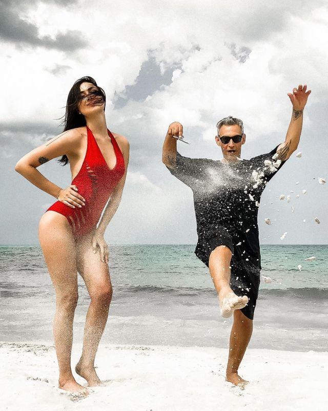 Настасья Самбурская и ее жаркая фотосессия на пляже (10 фото)