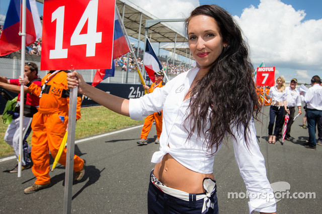A-charming-grid-girl