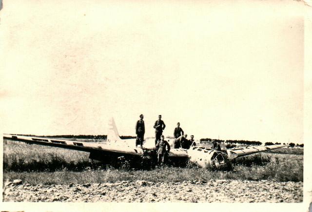 Foto-Luftwaffe-Flugzeug-der-bei-Pleskau-Abgeschossen-N20676