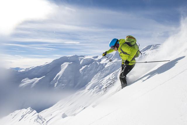 skier-in-wild-dangerous-departure