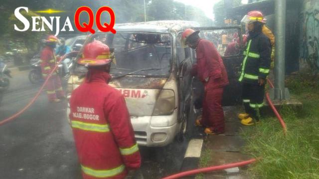 Mobil Ambulans Terbakar di Sisi Jalan Raya Bogor Jakarta