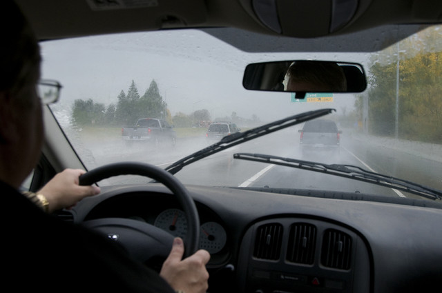6 Tips Berkendara Dengan Aman saat Hujan