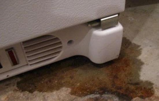 Под холодильником вода