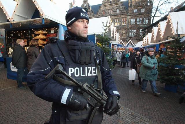 ah-Polizeiprsenz-mit-Maschinengewehren-auf-dem-Weihnachtsmrkten-Mnster-nach-dem-Anschlag-in-Berlin
