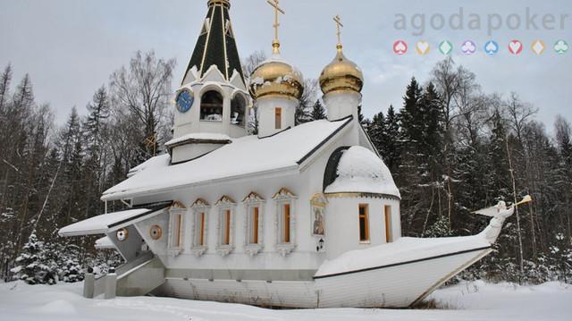 Melihat Gereja Kapal yang Terdampar di Pedesaan Rusia