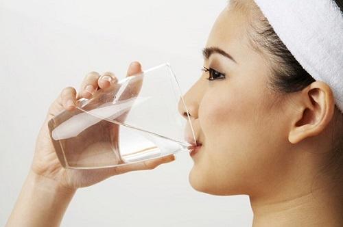 4 cách dưỡng da mặt tại nhà hiệu quả Uong-nhieu-nuoc