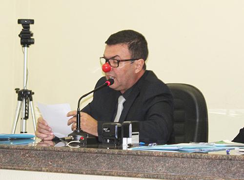 Indignado, vereador Binga usou 'nariz de palhaço' na reunião
