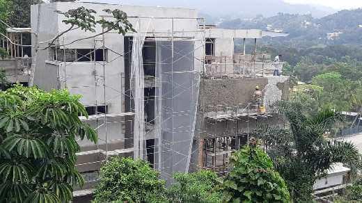 Funcionários trabalhando em fase avançada da nova Residência Guarujá
